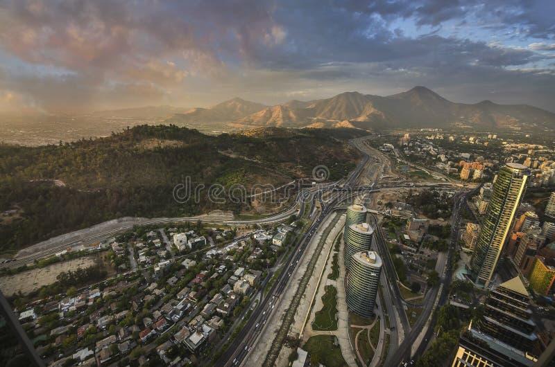 Mening van Santiago de Chile met Los de Andes bergketen in de rug royalty-vrije stock foto's