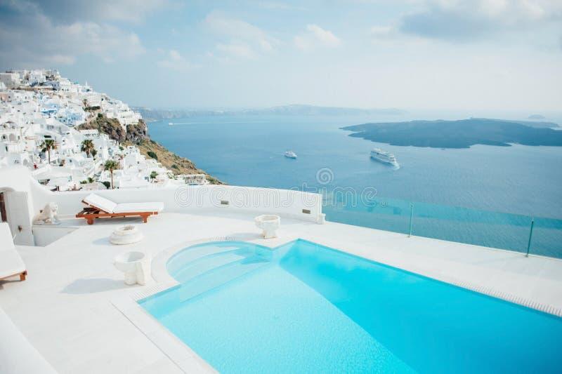 Mening van Santorini met een zwembad stock foto's