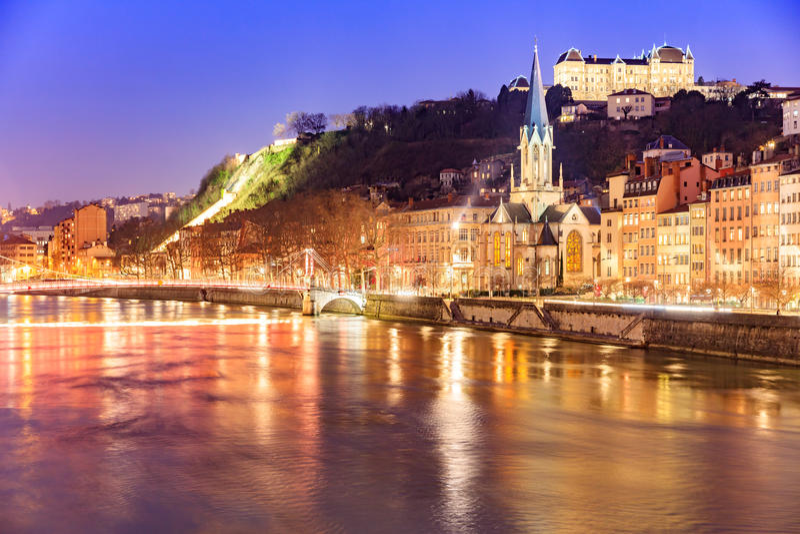 Mening van Saone-rivier, Beroemde kerk in de stad van Lyon bij avond stock foto