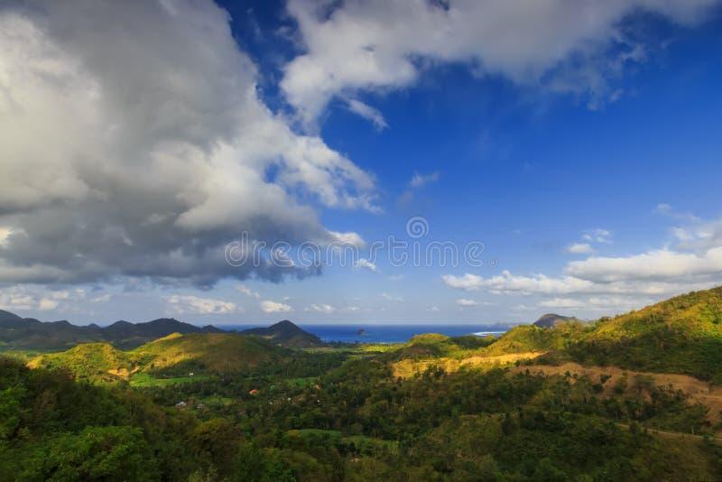 Mening van selong belanak strand van hoogte met blauwe hemel en bluoverzees stock afbeelding