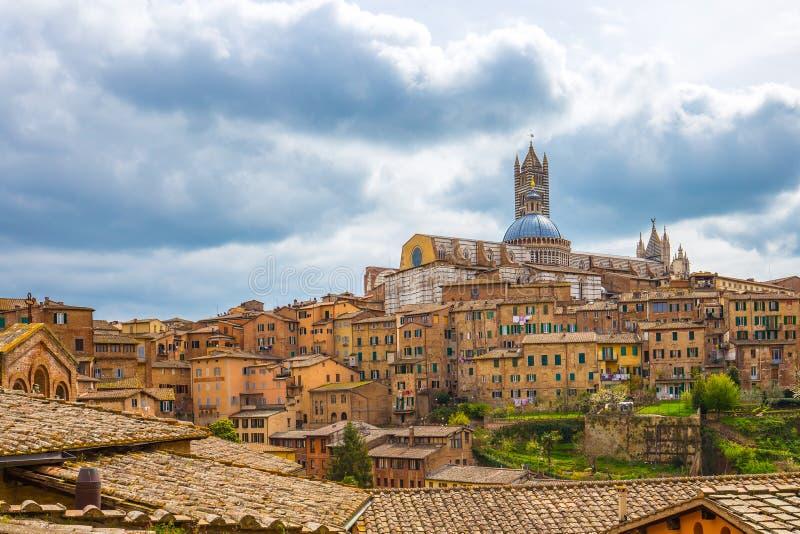 Mening van Siena stadshorizon met Duomo van Siena in Toscanië, Italië royalty-vrije stock afbeeldingen