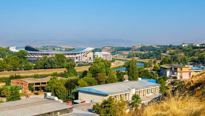 Mening van Skopje met de Vardar-rivier stock foto's