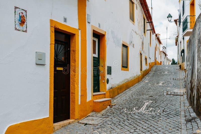 Mening van smalle bedekte straat in Constancia, Portugal royalty-vrije stock afbeeldingen