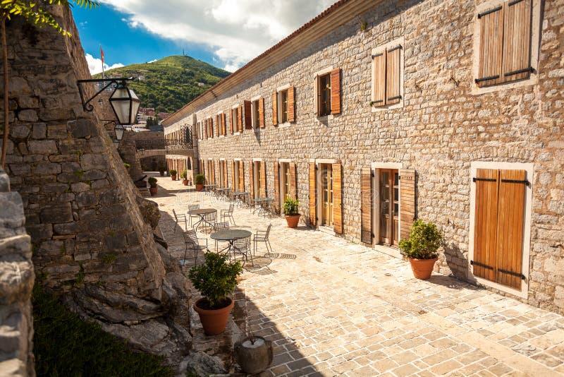 Mening van smalle straat bij oude stad van Budva, Montenegro stock foto