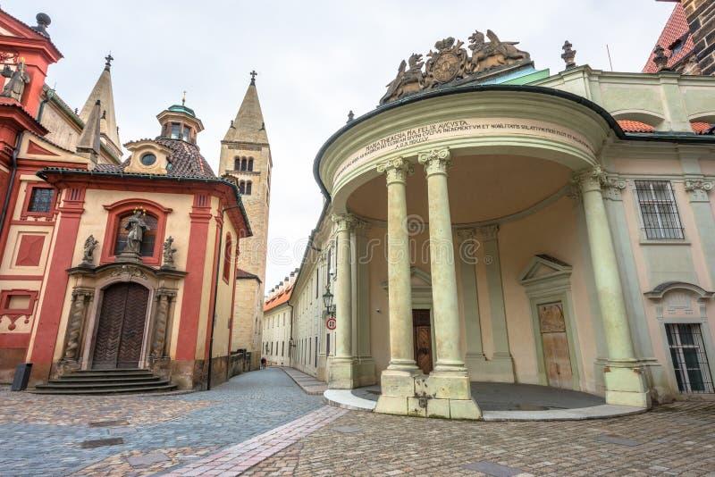 Mening van smalle Straat Jirska in het Kasteel van Praag stock fotografie
