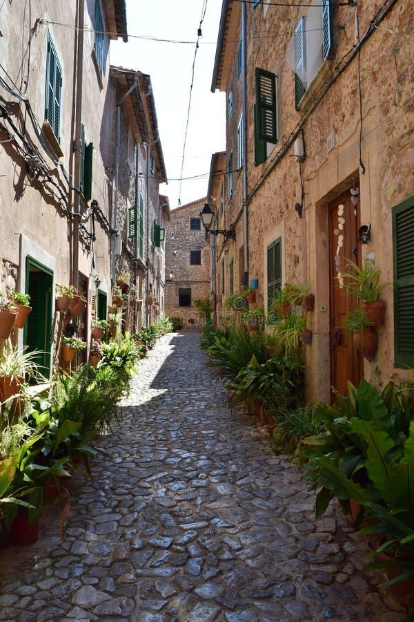 Mening van smalle straat in Valldemossa op Mallorca royalty-vrije stock afbeeldingen