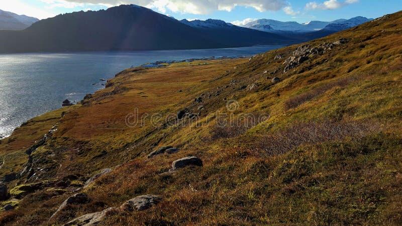 Mening van sneeuw behandelde bergen in IJsland in de herfst stock foto