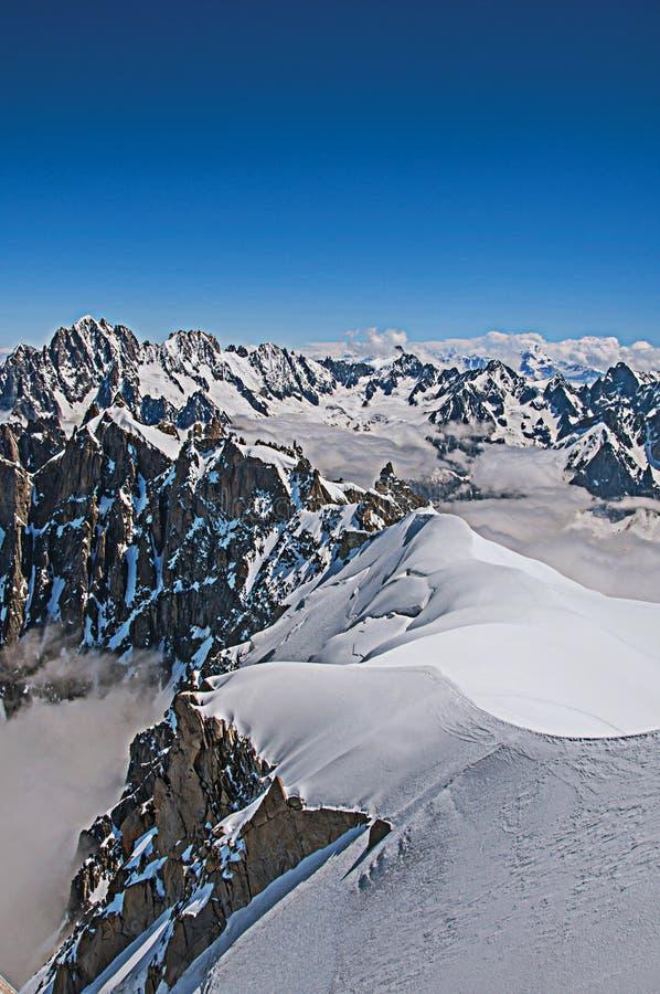 Mening van sneeuwpieken en bergbeklimmers van Aiguille du Midi in Franse Alpen royalty-vrije stock foto's