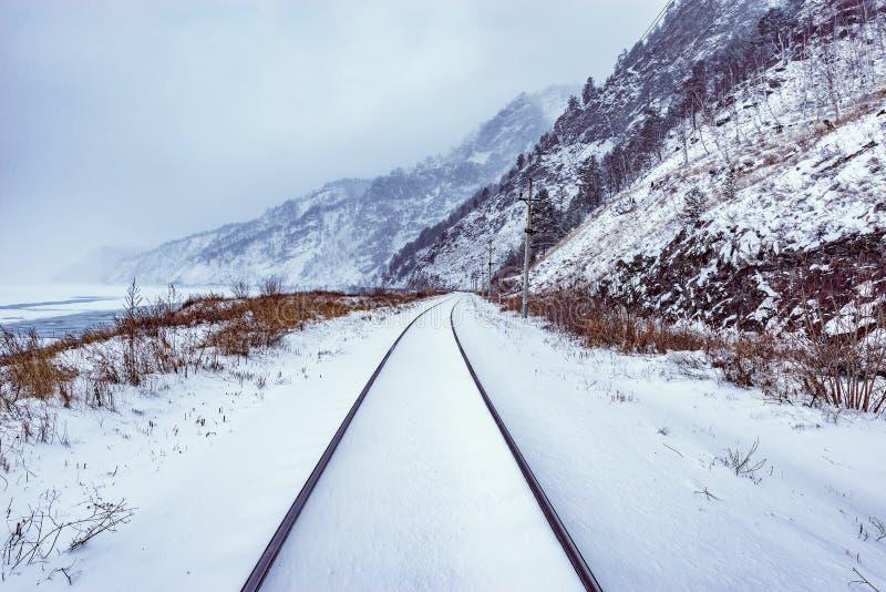 Mening van Spoorweg circum-Baikal in de tijd van de de winterdag stock foto's