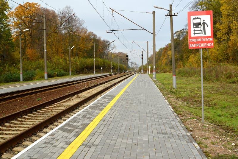 Mening van spoorwegsporen en platform van de post royalty-vrije stock afbeelding