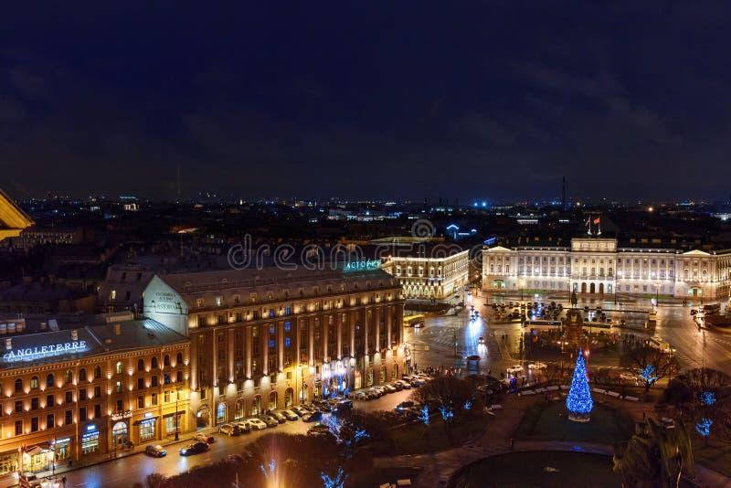 Mening van St Isaac ` s vierkant van de colonnade van St Isaac ` s Kathedraal Heilige Petersburg Rusland royalty-vrije stock afbeelding
