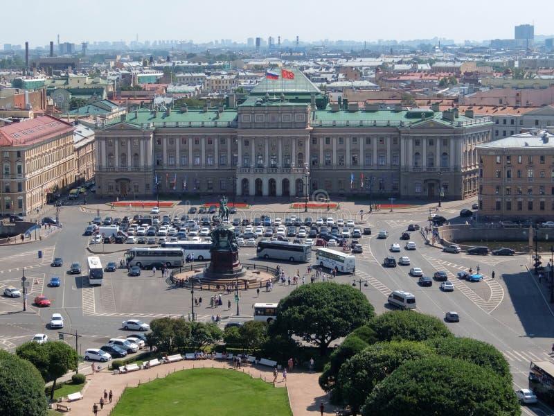 Mening van St Isaac ` s vierkant, Mariyinsky-Paleis en het Centrale deel van de stad van de colonnade van St Isaac ` s Kathedraal royalty-vrije stock foto
