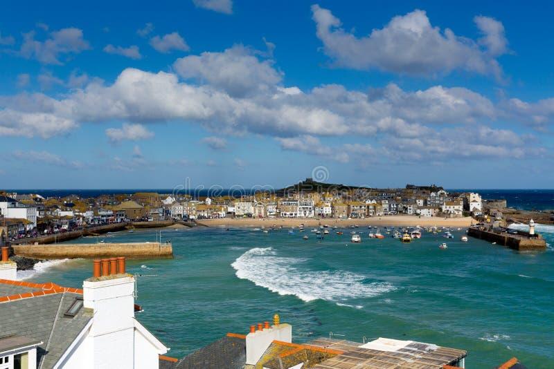 Mening van St Ives Cornwall England met haven, boten en blauwe hemel stock fotografie