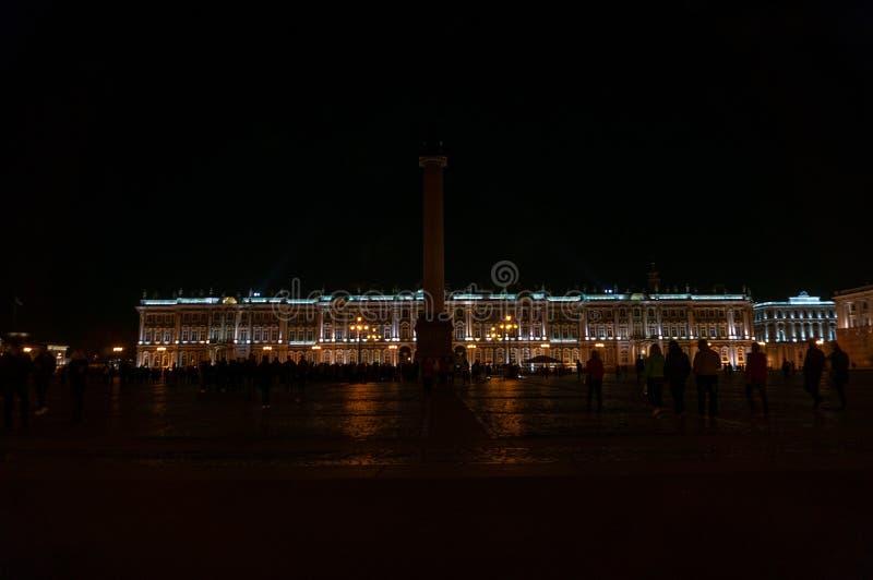 Mening van St Petersburg Alexander Column in het Paleisvierkant stock fotografie