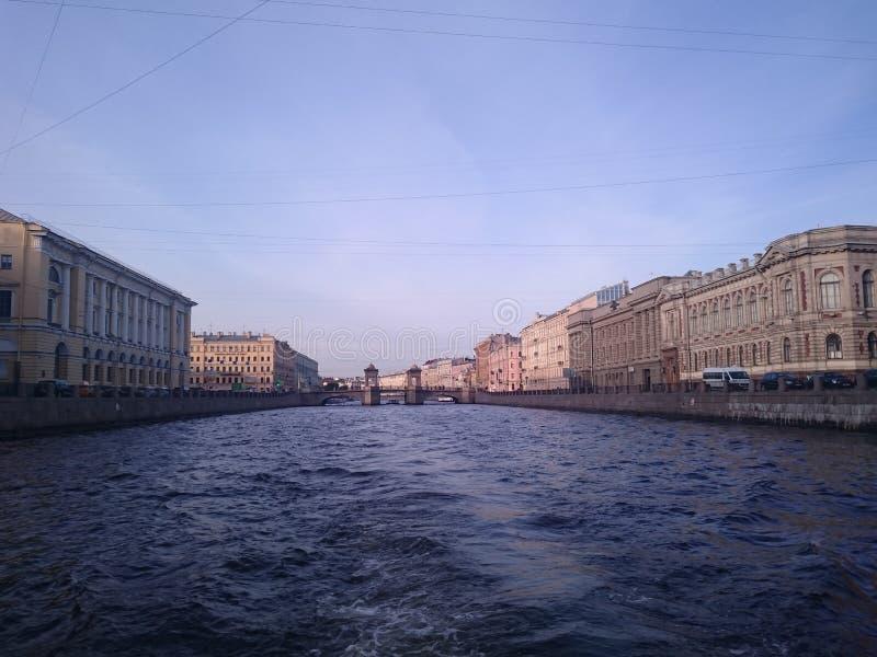 Mening van St Petersburg Het kanaal van de rivier met boten in heilige-Petersburg royalty-vrije stock afbeeldingen