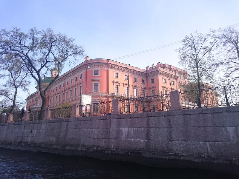 Mening van St Petersburg Het kanaal van de rivier met boten in heilige-Petersburg royalty-vrije stock foto