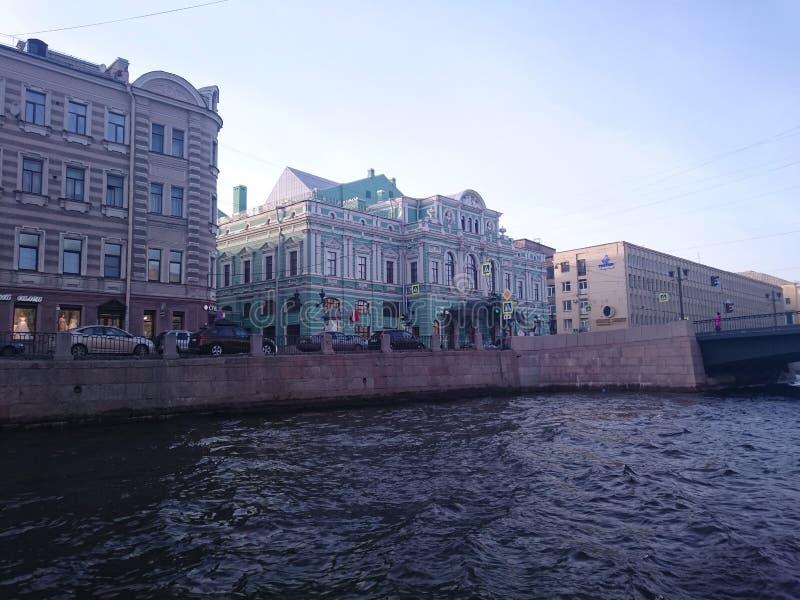 Mening van St Petersburg Het kanaal van de rivier met boten in heilige-Petersburg stock afbeeldingen