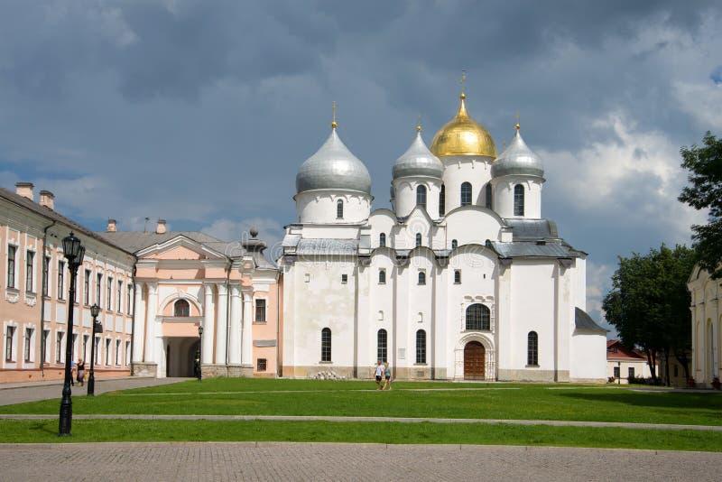 Mening van St Sophia Cathedral onder een donder-stormende hemel Veliky Novgorod stock foto