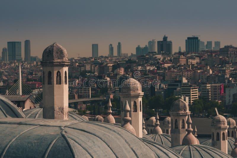Mening van stad Istanboel, Bosphorus-brug van Galata-toren Buitenmening van koepel in Ottomanearchitectuur royalty-vrije stock foto's