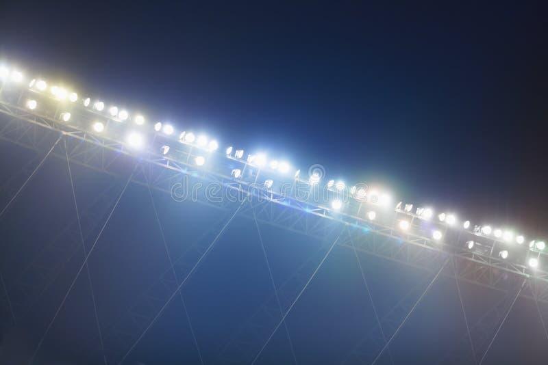 Mening van stadionlichten bij nacht stock afbeeldingen