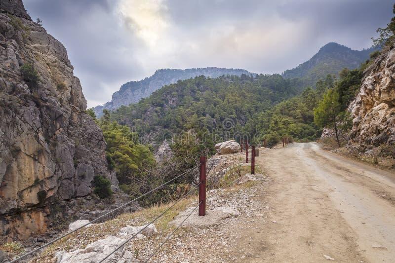 Mening van steenachtige bergweg met kabelomheining royalty-vrije stock foto's