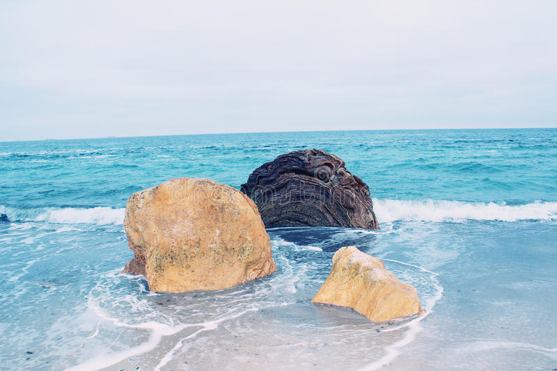 Mening van stenen in water van de Zwarte Zee royalty-vrije stock afbeelding
