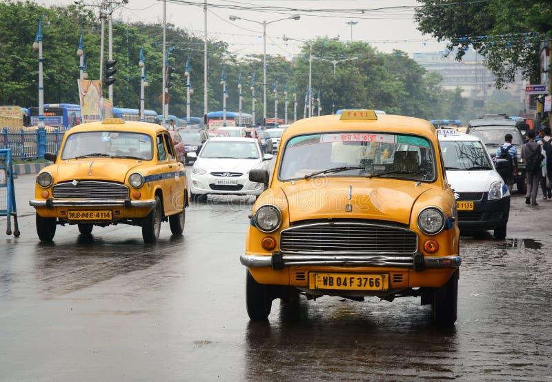 Mening van straat met vele auto's bij regenachtige dag in Kolkata, India stock foto