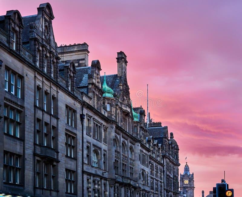 Mening van straatgebouwen en klokketoren in stadscentrum, Koninklijke Mijl, Edinburgh, Schotland stock foto's