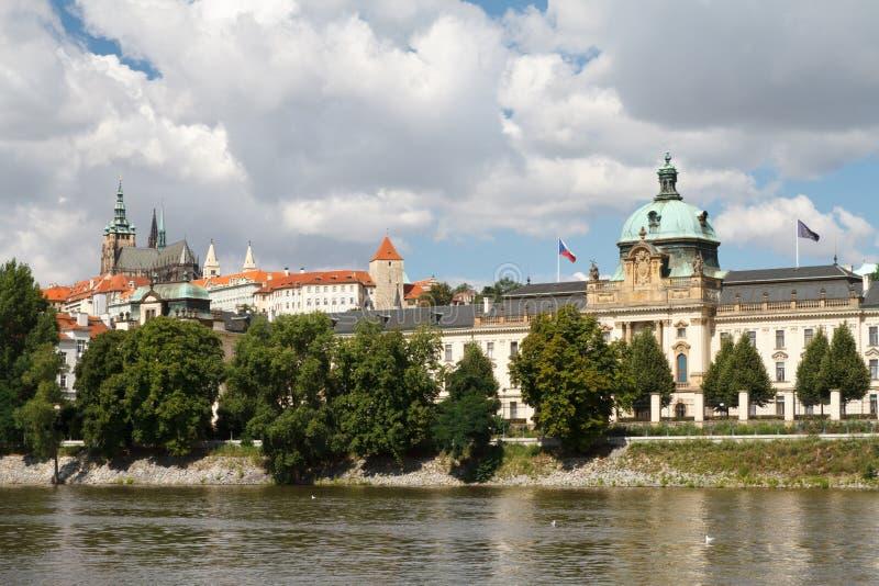 Mening van Straka-academie, de zetel van de overheid in Praag royalty-vrije stock afbeelding