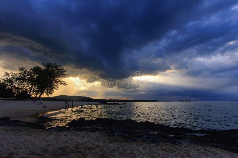 Mening van strand en fantastische hemel die zonnestraal heeft; Samilastrand, Songkhla-provincie, Thailand royalty-vrije stock afbeelding