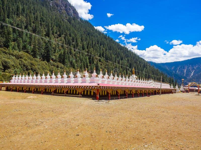 Mening van stupas bij een tibetan boeddhistische tempel in Sichuan stock fotografie