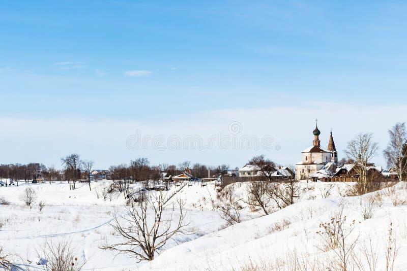 mening van Suzdal met Heilige Dwarskerk in de winter stock afbeelding