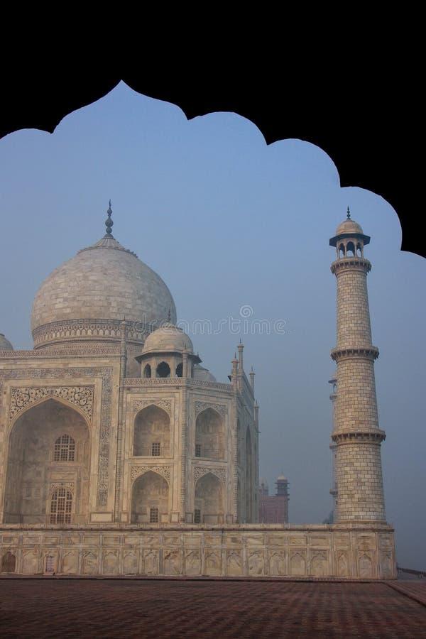 Mening van Taj Mahal in vroege ochtendmist die door jawab, Agra wordt gezien, royalty-vrije stock afbeeldingen