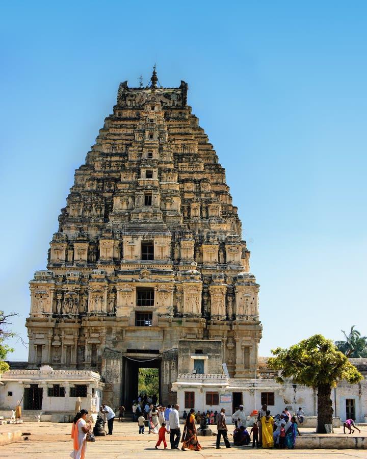 Mening van Tempel shiva-Virupaksha in de ruïnes van oude stad Vijayanagar in Hampi, India wordt gevestigd dat royalty-vrije stock fotografie