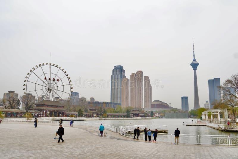 Mening van Tianjin-toren voor Tianjin-waterpark en Farris-wiel royalty-vrije stock foto
