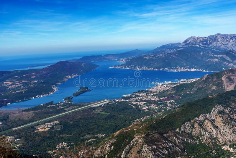 Mening van Tivat-Luchthaven, Schiereiland Lustica en Adriatische kust royalty-vrije stock fotografie