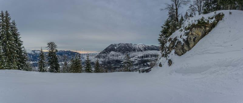 Mening van toneel de winterlandschap in de Beierse Alpen stock afbeelding