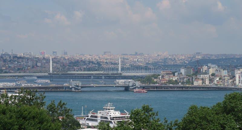Mening van Topkapi-Paleis bij Galata-Brug en de Gouden Hoorn in Istanboel, Turkije royalty-vrije stock afbeelding