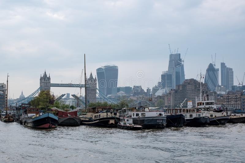 Mening van Torenbrug en lange Stadsgebouwen op de achtergrond In de voorgrond zijn woonboten in Shad Thames royalty-vrije stock fotografie