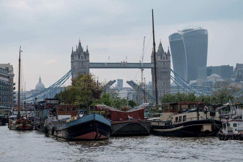 Mening van Torenbrug en lange Stadsgebouwen op de achtergrond In de voorgrond zijn woonboten in Shad Thames stock fotografie