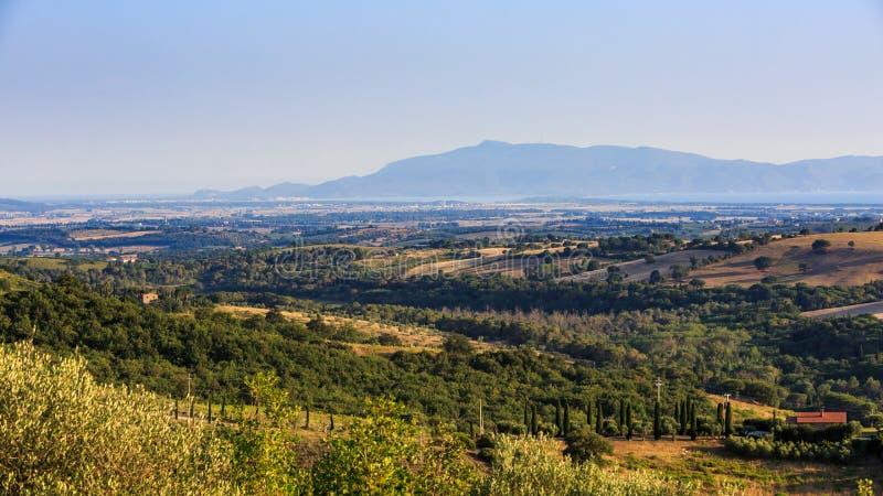 Mening van Toscaanse gebieden en heuvels en Monte Argentario in Italië stock afbeeldingen