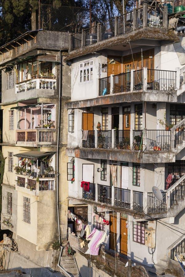 Mening van traditionele huizen van Darjeeling-stad in West-Bengalen royalty-vrije stock fotografie