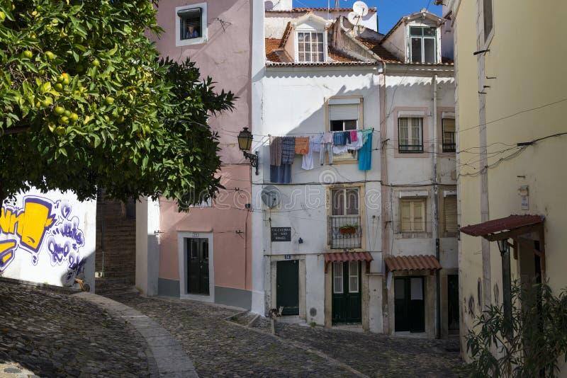 Mening van traditionele oude gebouwen in de historische buurt van Alfama in Lissabon stock afbeeldingen