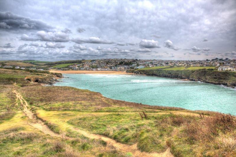Mening van Trevelgue-Hoofd naar Porth-strand Newquay Cornwall in HDR royalty-vrije stock fotografie