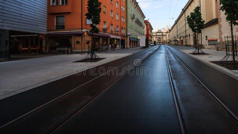 Mening van Triomfantelijke Boog het Duits: Triumphpforte van Maria-Theresien strasse Maria Theresa Street in oude stad Innsbruck, royalty-vrije stock fotografie