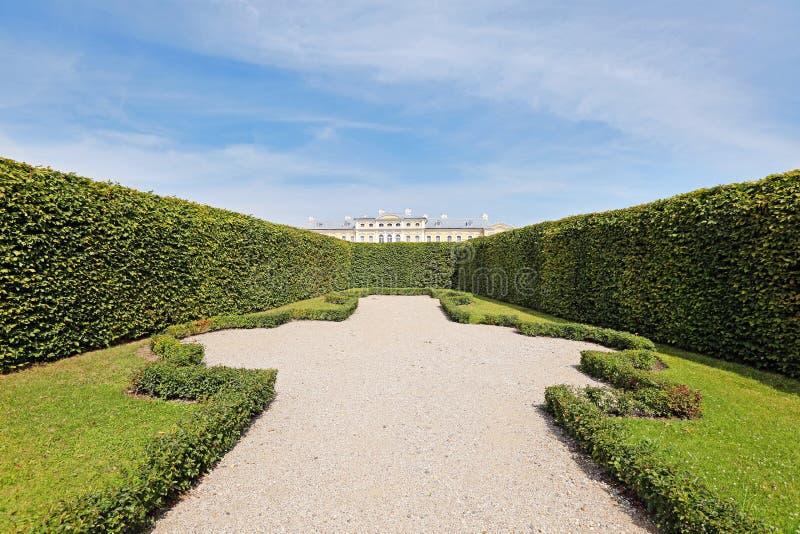 Mening van tuin over haag aan Rundale-paleis stock afbeelding