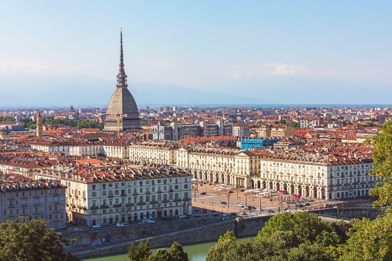 Mening van Turijn de stadscentrum van Turijn, Italië met oriëntatiepunt van Mol Antonelliana torenhoog over de stad royalty-vrije stock afbeelding