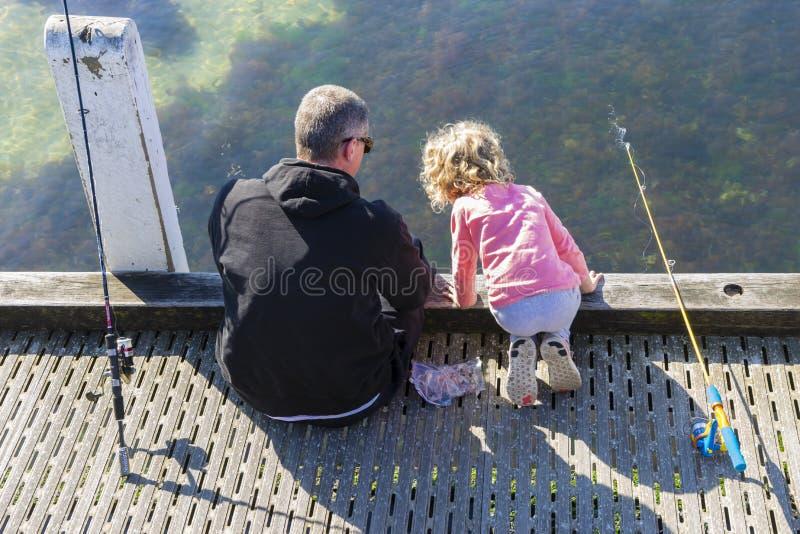 Mening van vader en dochter visserij royalty-vrije stock afbeeldingen