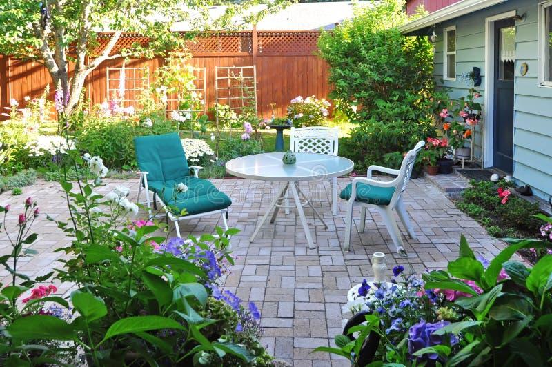 Mening van van de bloemtuin en binnenplaats terrasgebied stock afbeeldingen