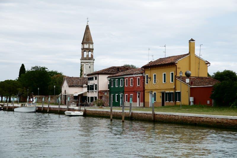 Mening van vaporetto de kust van Burano stock afbeelding